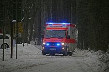 13.01.2019: B21 und B305 gesperrt: Rotes Kreuz stellt für das von der deutschen Seite nicht mehr erreichbare Schneizlreuth einen Notfallkrankenwagen ab - Ramsau nur noch über Hochschwarzeck erreichbar